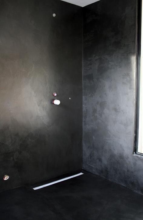 Douche en b ton cir couleur ardoise flore molinaro for Beton mineral salle de bain