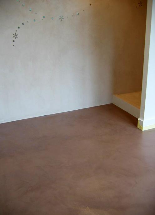 Sol en béton ciré couleur Fauve mur rose Poudré