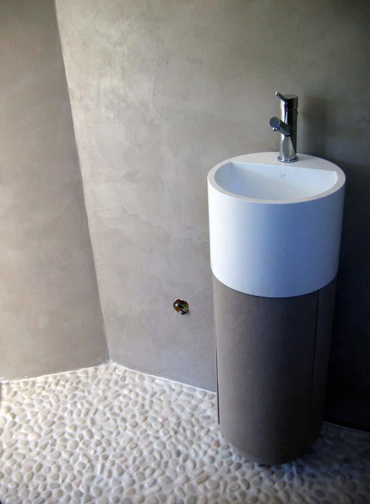 vasque et murs béton ciré sofia, galets au sol | Flore Molinaro